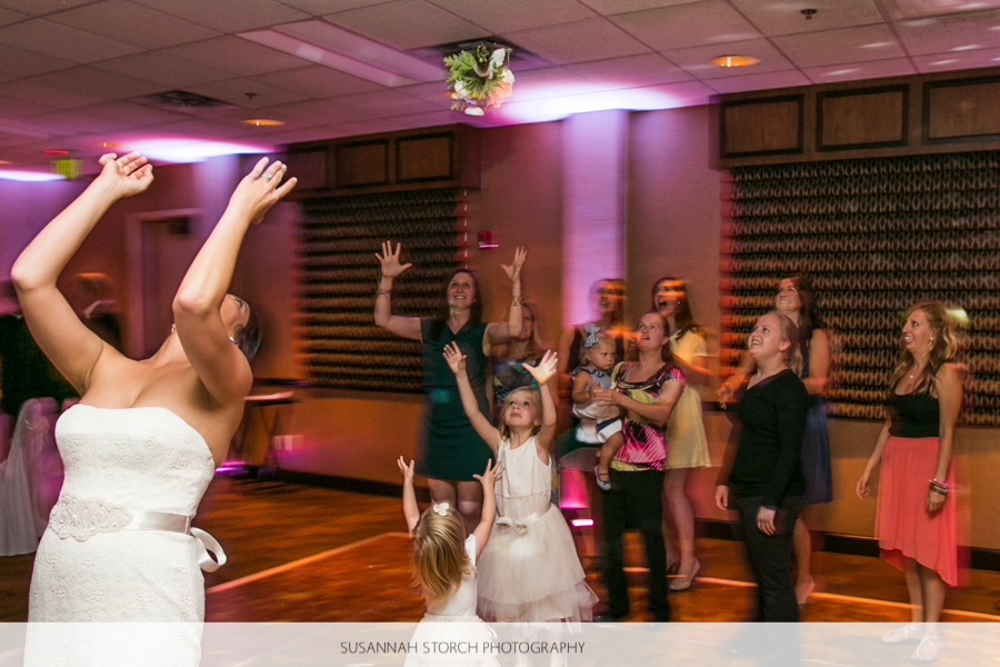 golden-hotel-wedding-bouquet-toss